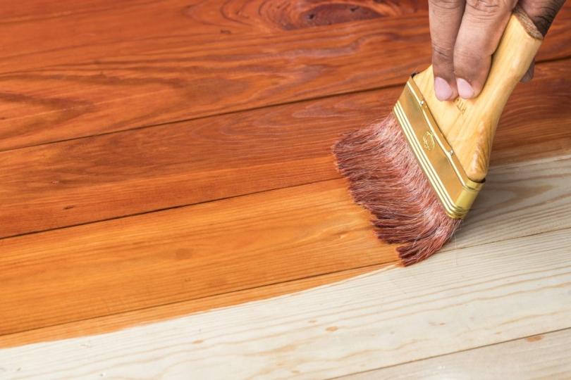 Aplikowanie lakierobejcy na drewno