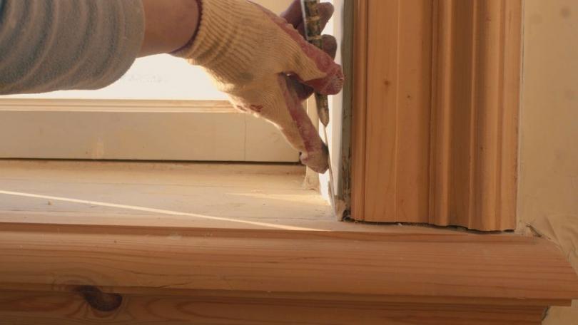 Zakładanie drewnianego parapetu