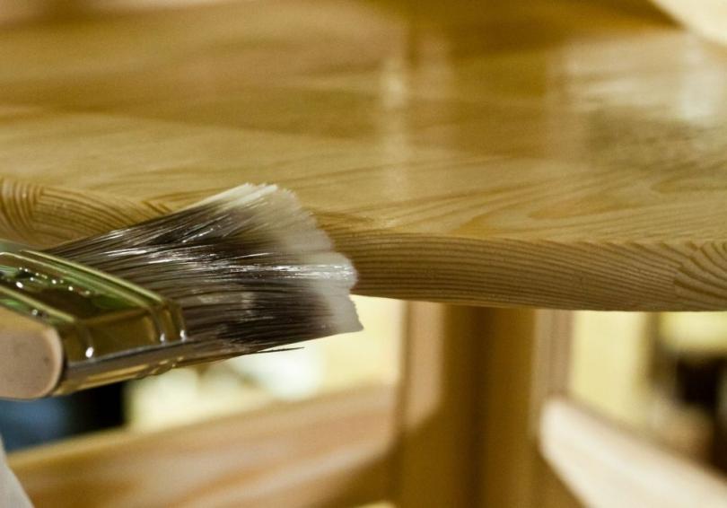 Lakierownie drewnianej powierzchni