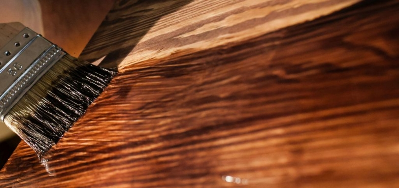 Malowanie drewna lakierobejcą