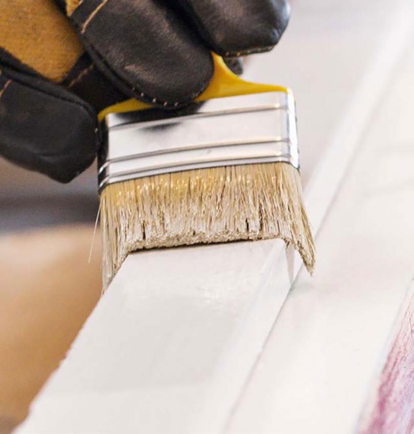 Malowanie drewna na biało