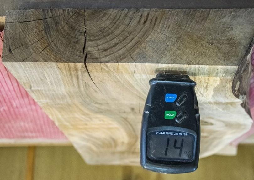 Sprawdzanie wilgotności drewna