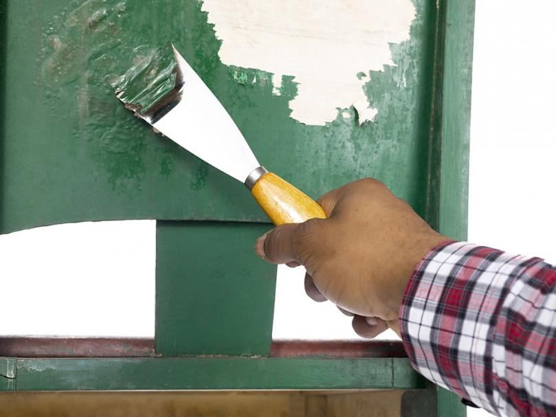 Usuwanie zielonej farby zdrewnianej powierzchni
