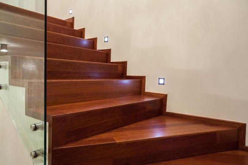 Drewniane schody iszklana balustrada