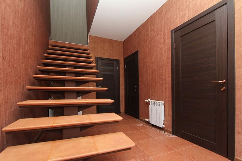 Schody wbrązowym korytarzu
