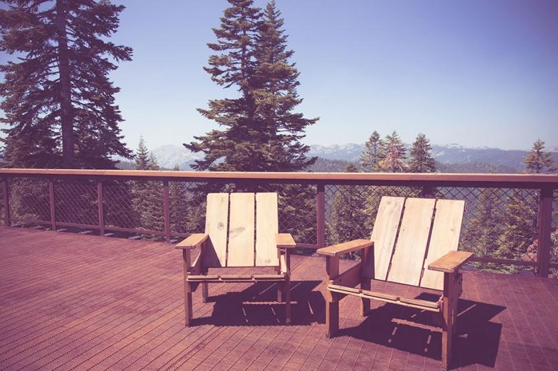 Drewniana połoga imeble na balkonie