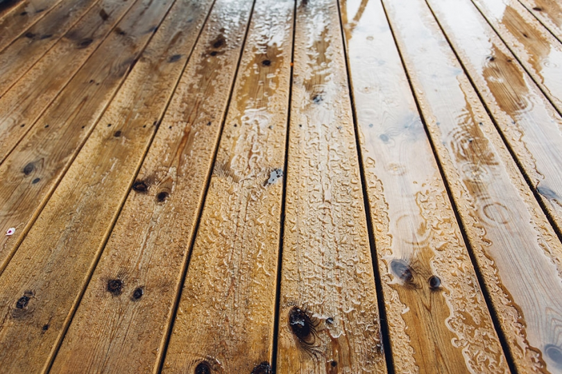 Drewniane deski na balkonowej podłodze