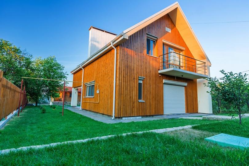 Drewniana elewacja piętrowego domu
