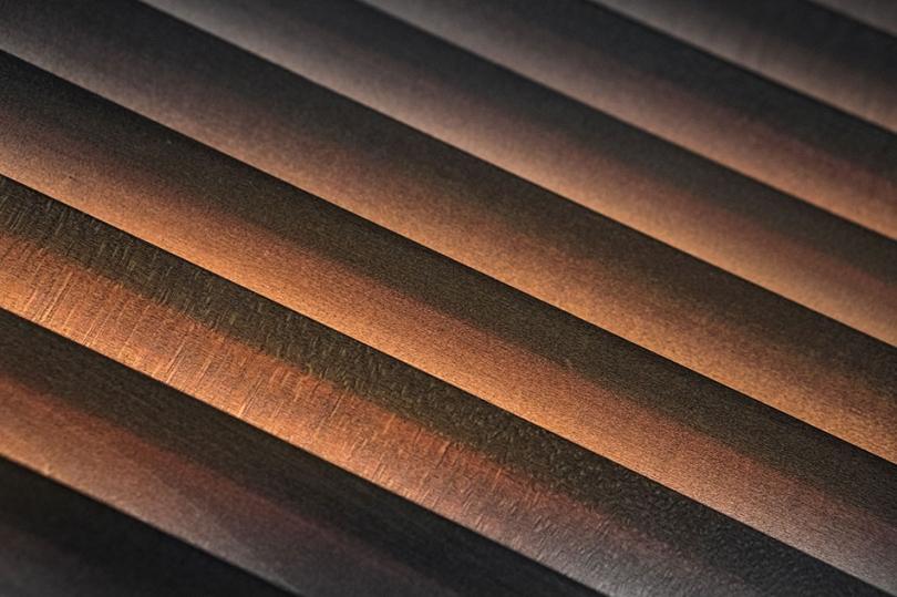 Ciemne drewniane żaluzje