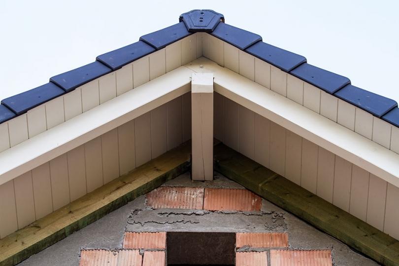 Biała podbitka dachowa