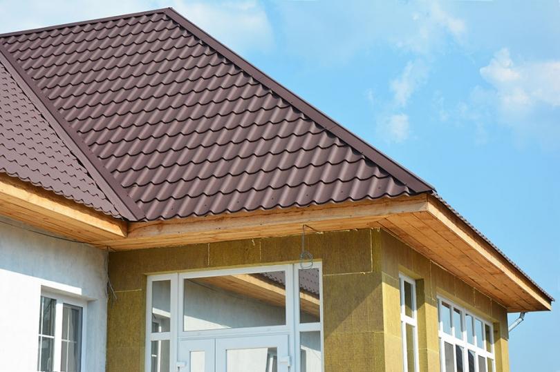 Podbitka dachowa pod brązowym dachem