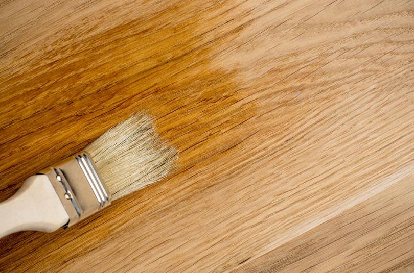 Lakierowanie pędzlem większej drewnianej powierzchni