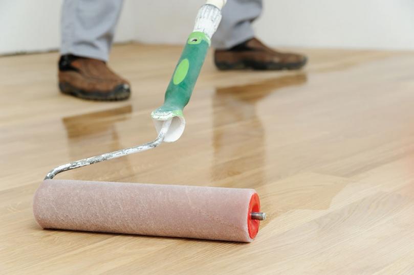 Lakierowanie podłogi wałkiem