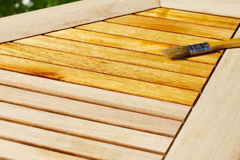Olejowanie desek za pomocą pędzla ioleju do drewna