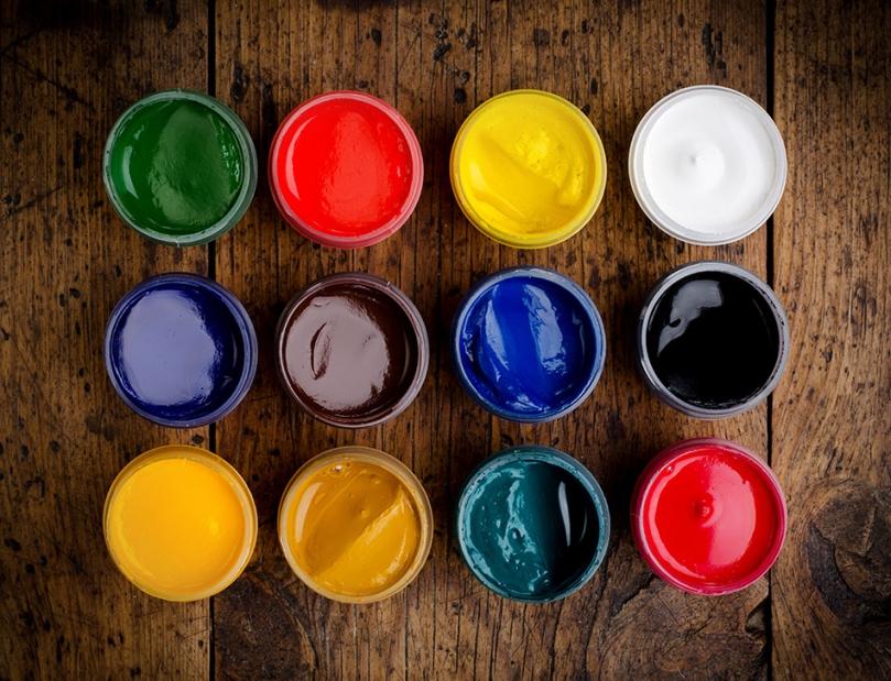 Puszki zkolorowymi farbami
