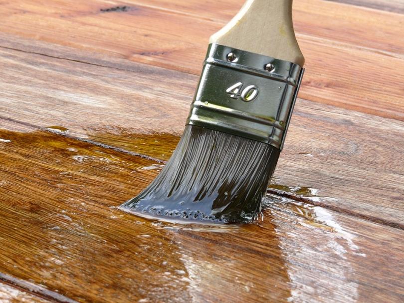 Zabezpieczenie drewna za pomocą pędzla