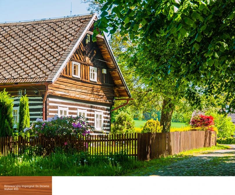 Drewniany płot wokół domu