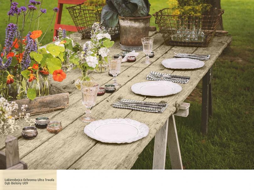 Drewniany stół wstylu wiejskim