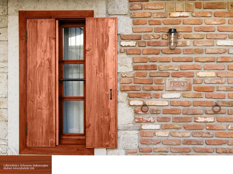 Drewniane okiennice wduecie zcegłą