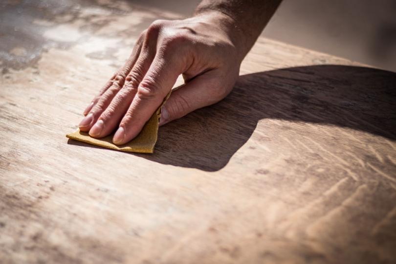 Szlifowanie drewnianej powierzchni przed olejowaniem