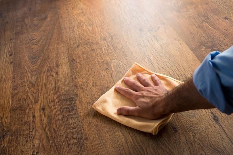 Przecieranie drewnianej powierzchni