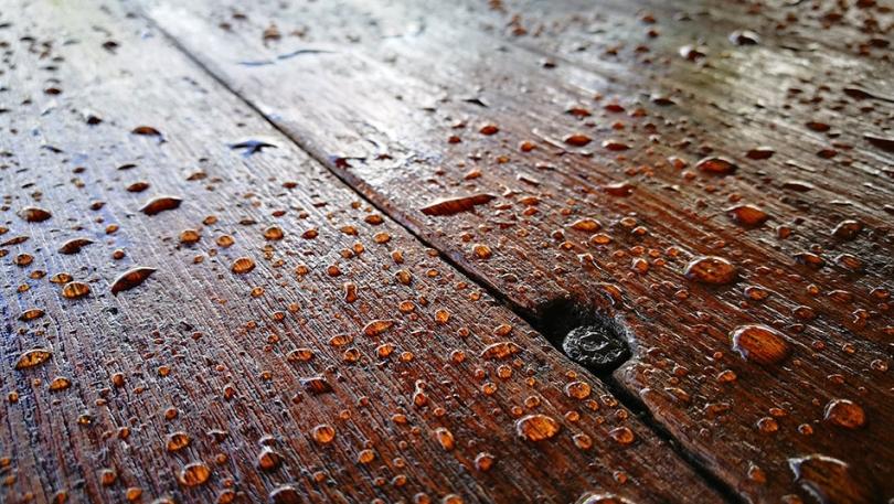 Wilgotne ślady na drewnie