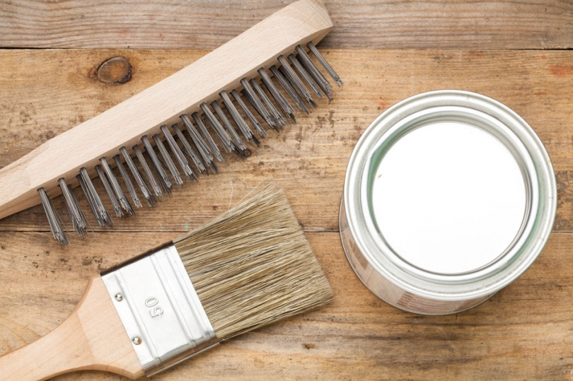 Oczyszczanie drewna zfarby olejnej środkiem chemicznym