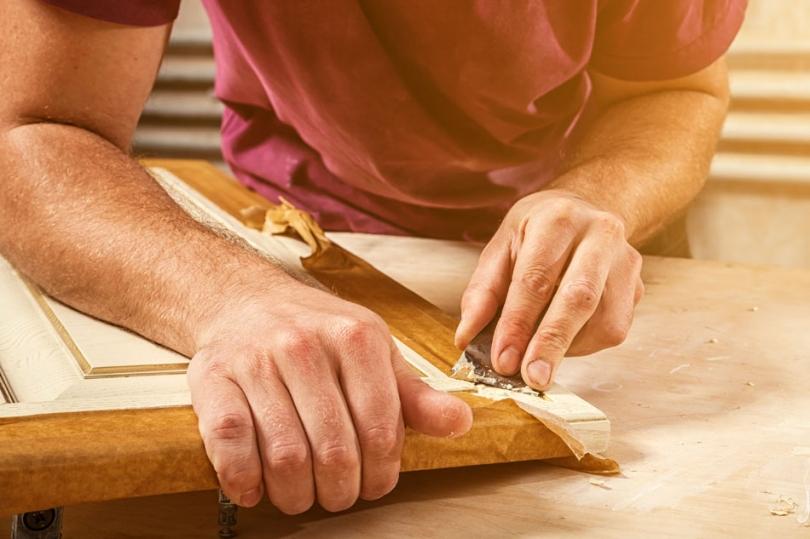 Ręczne cyklinowanie drewna