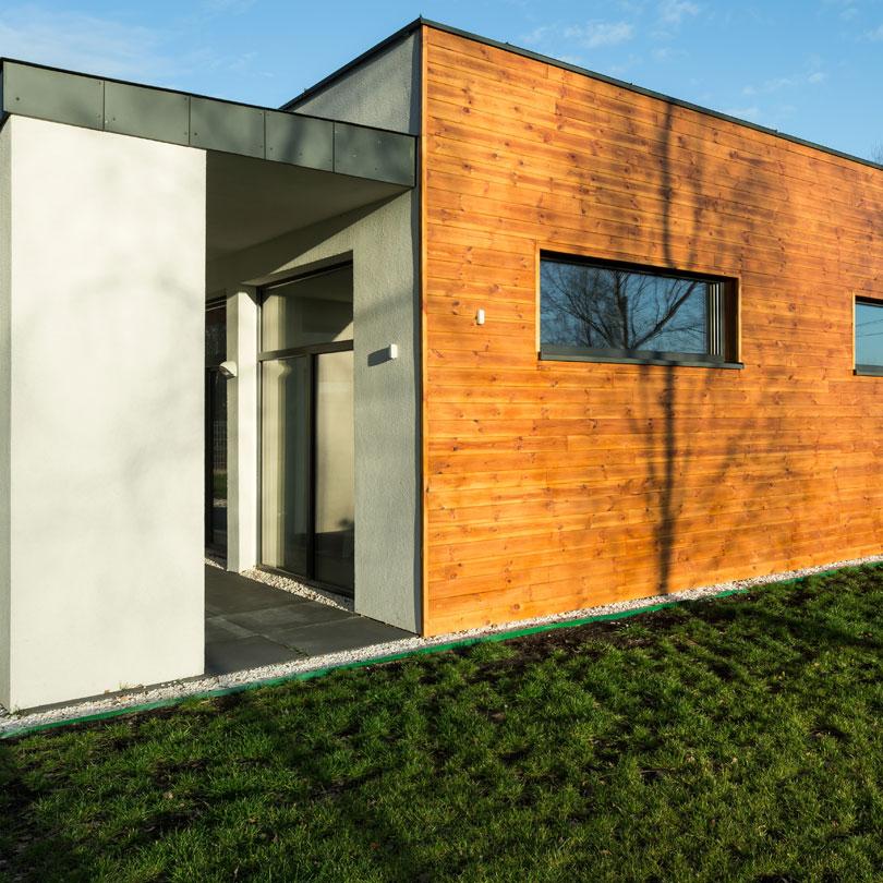 Elewacja domu pokryta drewnem