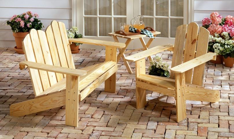 Jasne drewniane krzesła