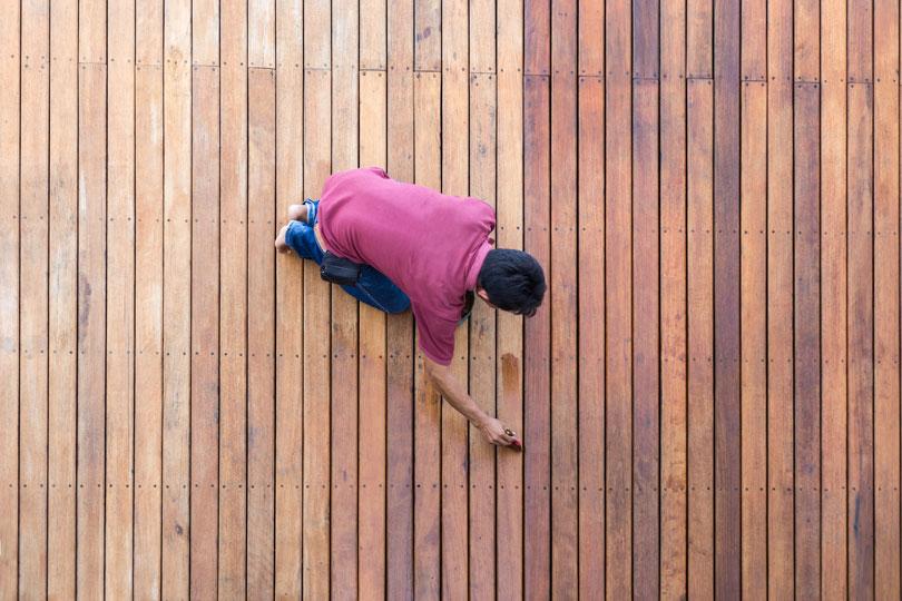 Malowanie drewnianego tarasu pędzlem