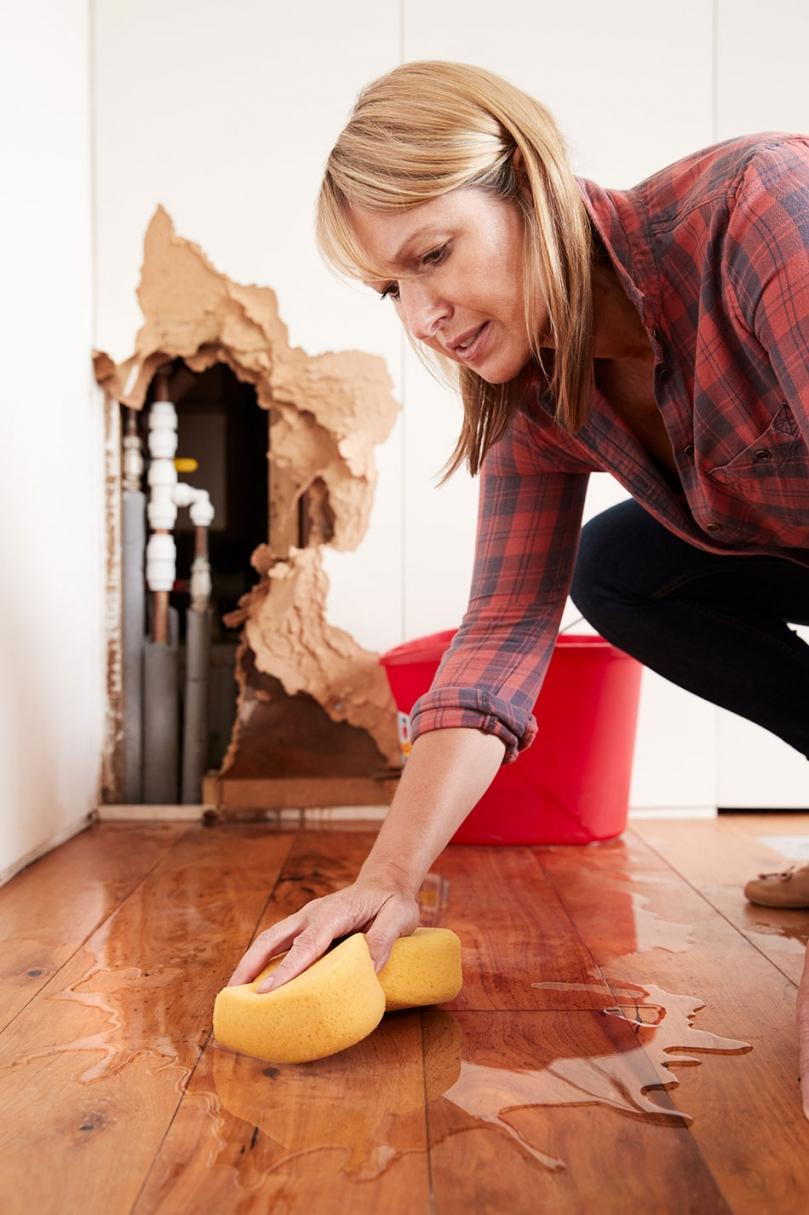 Wycieranie zalanej podłogi