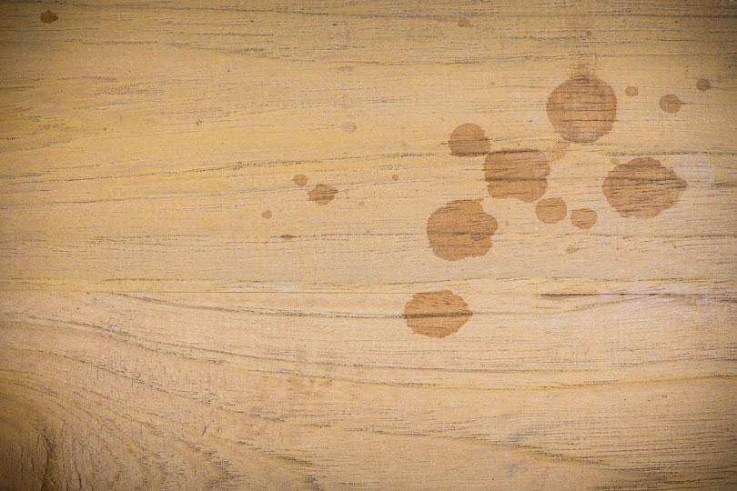 Plamy tłuszczu na drewnie