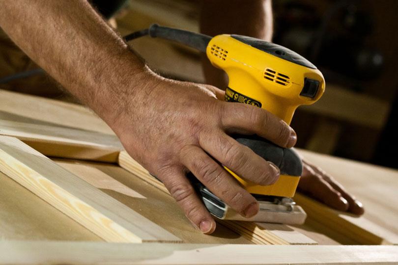 Szlifowanie drewna przy użyciu szlifierki