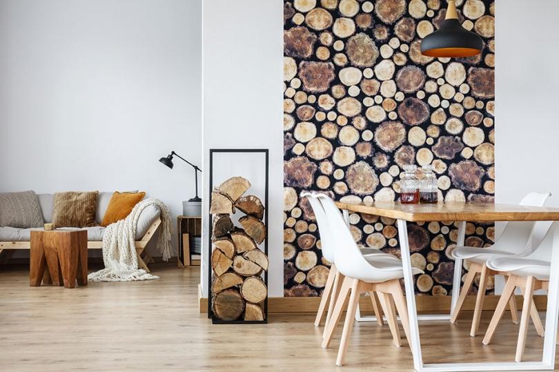 Plastry drewna na jasnej ścianie