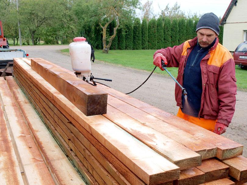 Impregnacja drewnianych desek przez fachowca
