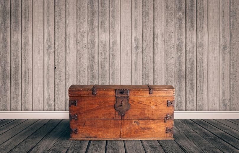 Rustykalny drewniany kufer