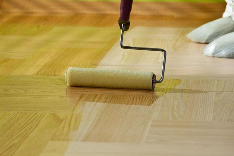 Malowanie wałkiem wycyklinowanej podłogi