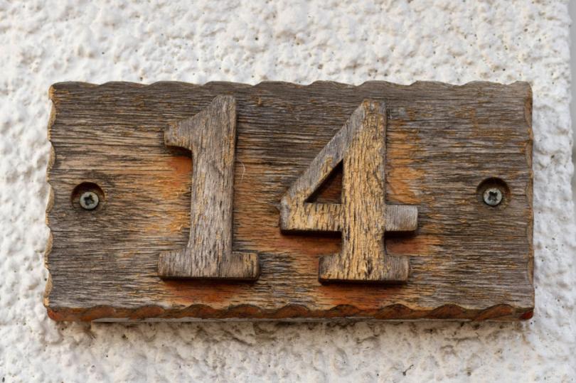 Drewniana tabliczka znumerem