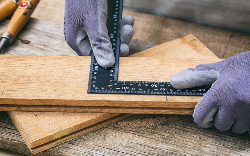 Przygotowanie drewnianej tabliczki znumerem