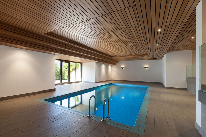 Drewno na suficie na basenie