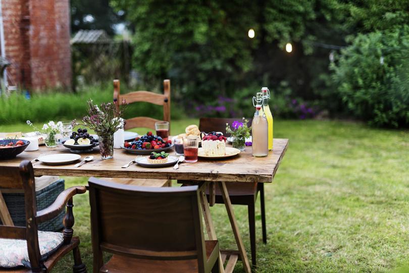 Posiłek przy drewnianym stole ikrzesłach