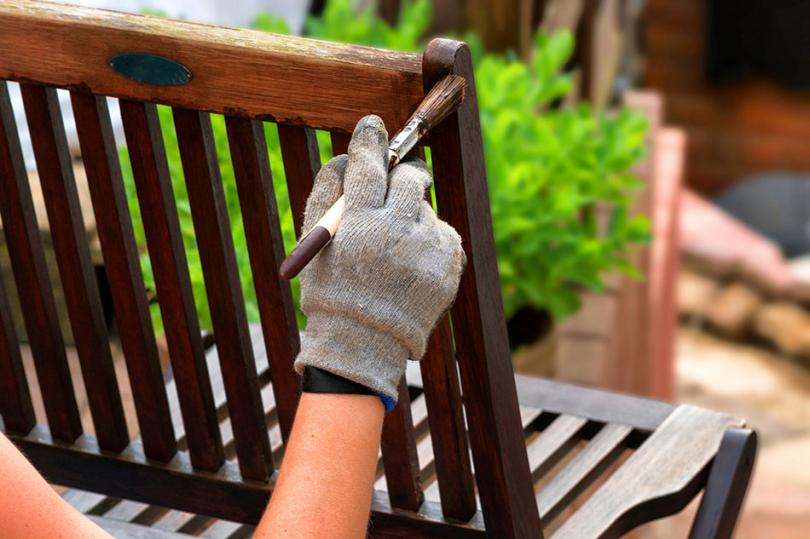 Malowanie drewnianego mebla ogrodowego