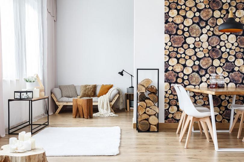 Drewniany taboret we wnętrzu