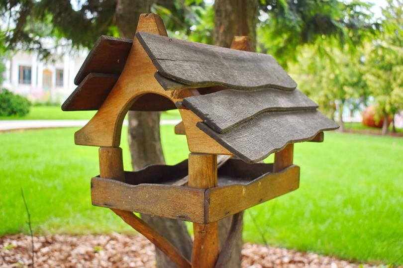 Drewniany karmnik dla ptaków wogrodzie