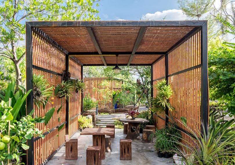 Ogród zdrewnianymi ozdobami