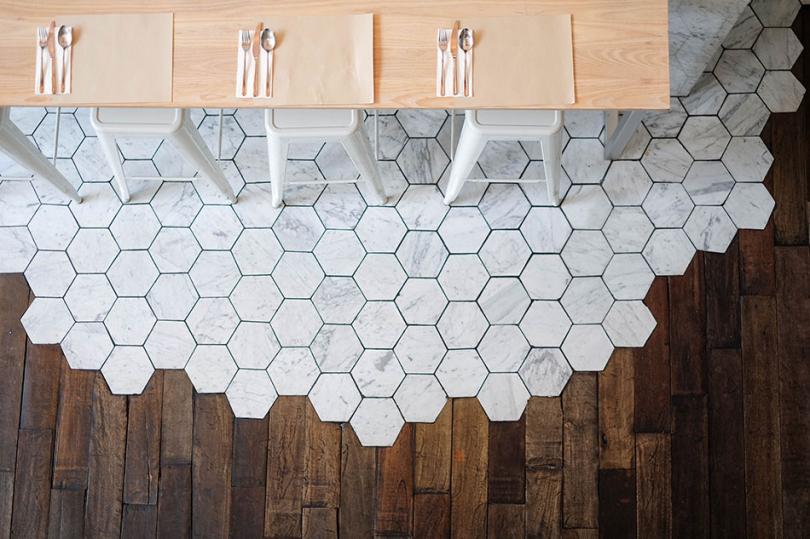 Połączenie płytek heksagonalnych zdrewnianą podłogą