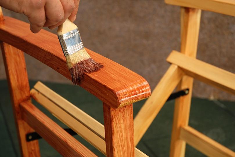 Nakładanie lakieru pędzlem