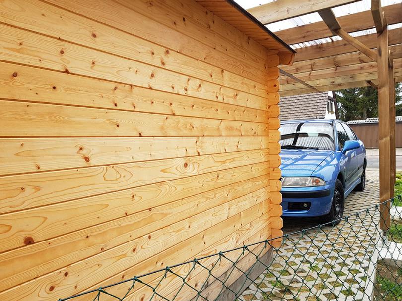 Drewniana wiata przy domu