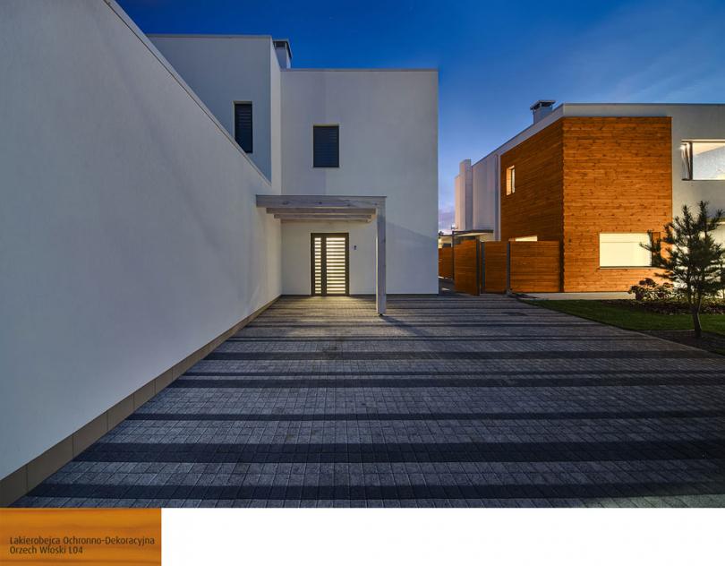 Modernistyczny projekt domu zdrewnianym akcentem